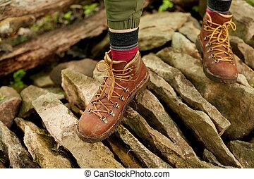 personne, dans, hausse bottes, marche, sur, pierres