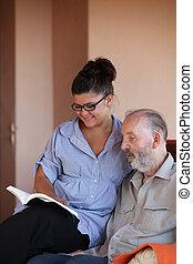 personne, lecture, jeune, homme âgé