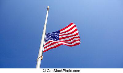 personnel, aka, clair, moitié, contre, mât, américain, ciel, drapeau, bleu