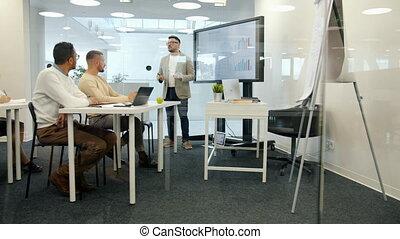 personnel, conversation, sur, résultats, écran, employé, utilisation, salle réunion, reportage, ventes, numérique