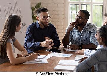 personnel, parler, divers, cadre, sérieux, briefing, table, homme affaires