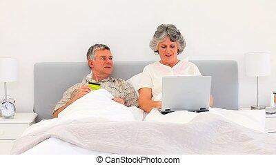 personnes âgées accouplent, achat, quelque chose, sur