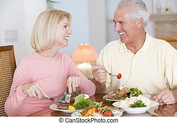 personnes âgées accouplent, apprécier, repas sain, ensemble