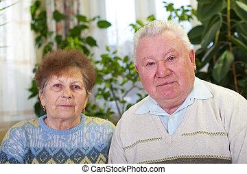 personnes âgées accouplent, chez soi