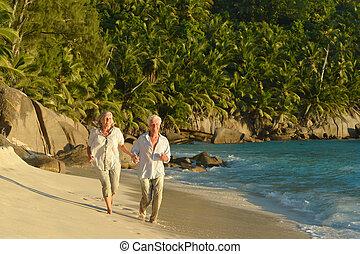 personnes âgées accouplent, courant, plage