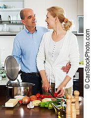 personnes âgées accouplent, cuisine, spaniard, tomates