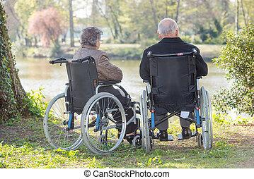 personnes âgées accouplent, dans, les, fauteuil roulant