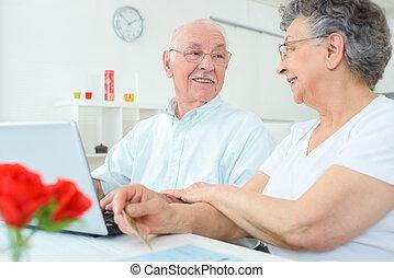 personnes âgées accouplent, dans maison