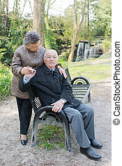 personnes âgées accouplent, dans parc