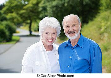 personnes âgées accouplent, debout, dans, a, route rurale