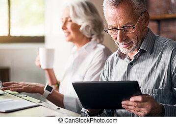 personnes âgées accouplent, ensemble, à, les, cuisine