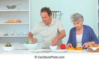personnes âgées accouplent, ensemble, cuisine