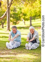 personnes âgées accouplent, faire, leur, étire, dans parc