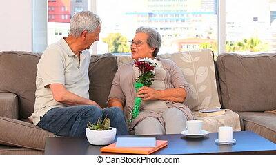personnes âgées accouplent, fleurs