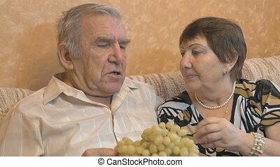 personnes âgées accouplent, manger, raisin, berries.