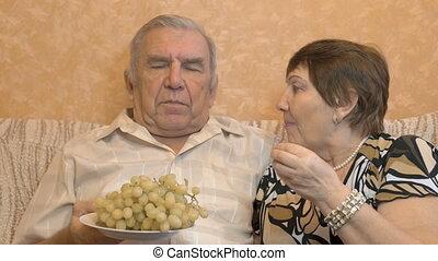 personnes âgées accouplent, manger, raisin, berries., ils, alimentation, chaque, autre., heureux, time.