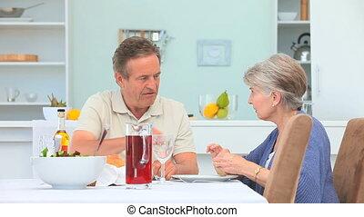 personnes âgées accouplent, manger