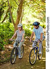 personnes âgées accouplent, montagne faisant vélo, dehors