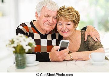 personnes âgées accouplent, utilisation, intelligent, téléphone