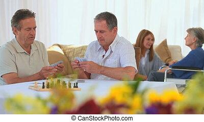 personnes agées, amis, jouer cartes