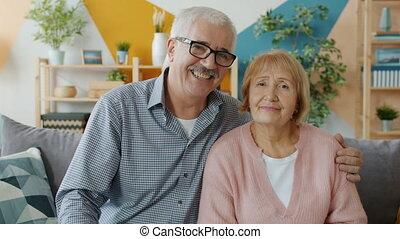 personnes agées, faces, épouse, mari, sérieux, sourire, regarder, rire, alors, appareil photo