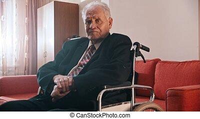 personnes agées, fauteuil roulant, séance, appareil photo, grand-père, -, regarder, triste