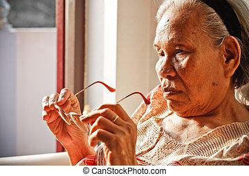 personnes agées, femme asiatique, tenir verres