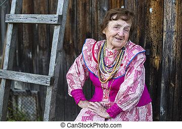 personnes agées, femme souriante, dans, ethnique, vêtements, dehors, sien, maison dans, les, village.