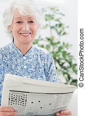 personnes agées, femme souriante, lecture, journaux