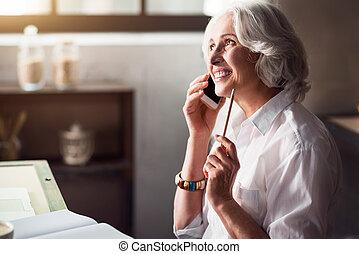 personnes agées, femme souriante, parler téléphone