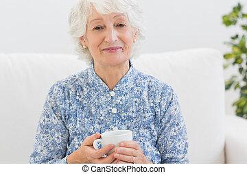 personnes agées, femme souriante, regarder appareil-photo