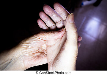 personnes agées, mains, selfmassage, femme
