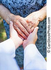 personnes agées, serrer main