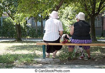 personnes agées, womens, deux, assis, banc