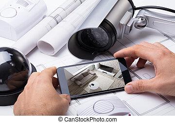 persoon, hand, gebruik, huis veiligheid, systeem, op, mobilephone