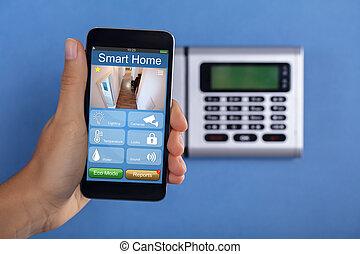 persoon, het houden mobieltje, met, huis veiligheid, toepassing