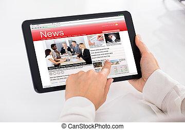 persoon, lezende , nieuws, op, digitaal tablet