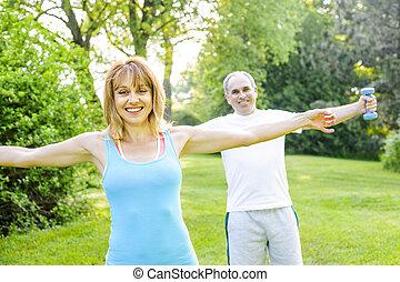 persoonlijke trainer, met, klant, het uitoefenen, buiten