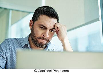 perte, ordinateur portable, inquiété, virus, informatique, homme affaires, obtenu, données