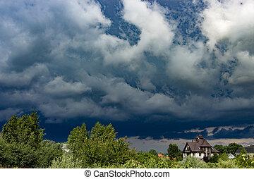 pesado, tempestuoso, nubes, de, contrastar, color, encima, el, tarde, ciudad