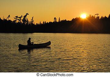 pesca, en, un, canoa, ocaso, en, remoto, desierto, lago