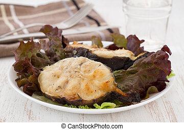 pescado asado, con, ensalada, en, el, placa blanca