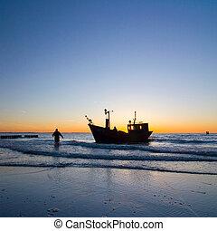 pescador, bote, com, céu ocaso, meio ambiente