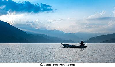 pescador, en, un, barco, en, el, lago, en, pokhara