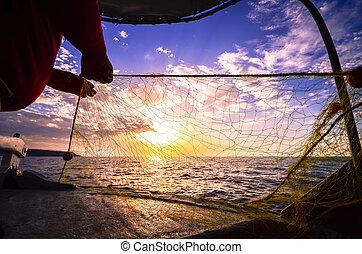 pescatore, mano, silhouette, lancio, rete pesca, a, tramonto, creta, grecia