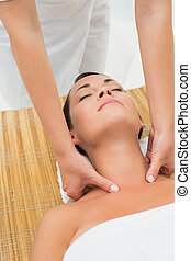 pescoço, calmo, desfrutando, massagem, morena