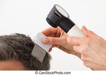 pessoa, com, dermatoscope, examinando, paciente, cabelo