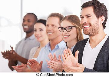 pessoas, alegre, fila, enquanto, alguém, grupo, aplaudindo, ...