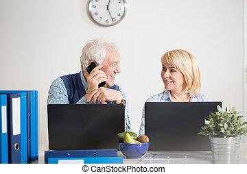 pessoas anciãs, executando, um, companhia