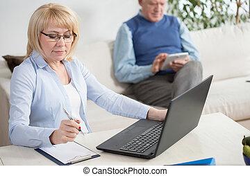 pessoas anciãs, trabalhando